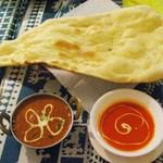 シュリアルナ - ナンがめちゃめちゃでっかいよ。 カレーとスープに描かれた模様がかわいいな~ インド料理ってこういうところが凝ってるよね。