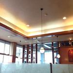 レストランさとう - ファミレスの様な明るい店内