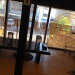 和レー屋 南船場ゴヤクラ - カウンター後ろの小上がりテーブル席