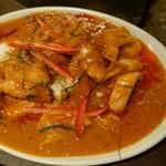 ティーヌン - 鶏肉のレッドカレー炒め