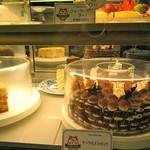 イングリッシュ・パブ ロイヤルハット - お祝いの席ににお店で手作りのケーキをご用意します。