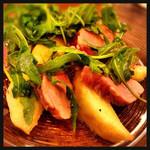 Furenchishokudoubudou - オススメメニュー:桃・ルッコラと鶏肉のサラダ