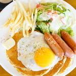 カフェ マチルダ - Lunch set ソーセージパンケーキ (¥850)