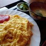翔屋 - 料理写真:たった¥600(税込み)のオムライス、セルフサービスのサラダ(ランチ無料サービス)も付きます(^^;