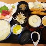 """40506119 - 私が頂いた """"エビフライ&刺身定食"""" 海老フライと刺身に、汁物、茶碗蒸し、漬物 付きます。さらにランチにはサラダ、小鉢、デザート が付きます。"""