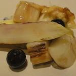 時分時 - 白アスパラとオムレツ・・・小皿にブルーベリーがでてきた。