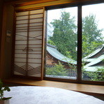 京料理 木乃婦 - お席の丸テーブルとそこから見える景色
