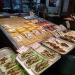 山元馬場商店 - 鮎 鰻巻など並んでいます
