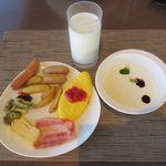 ANAホリデイ・イン金沢スカイ - ビュッフェ[洋風おかず、ヨーグルト、牛乳](2015/07/27撮影)