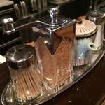 佰食屋 - 卓上の調味料たち
