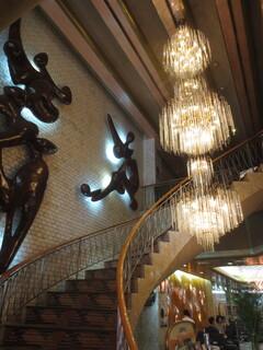 純喫茶 アメリカン - シャンデリアと螺旋階段、壁にある彫刻も凄い!