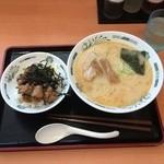 日高屋 - 豚骨ラーメンと焼き鳥丼セット640円、ラーメンスープは濃すぎない、焼き鳥は身が柔らかいが濃い味。