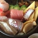 紅寿し - 料理写真:能登丼は真鯛、鮪赤身、中トロ、鯵、キス、甘海老、バイ貝の海鮮丼