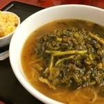 中国料理東順永 - 高菜肉絲ラーメンと半チャーハン ラーメンの見た目(´・ω・`)