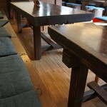 おざきや - 古いテーブルなどを利用しておられます、温かみのある店内です