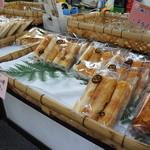 おざきや - 店頭では、お土産用、食べ歩き用の鯛ちくわが並んでいます
