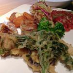 40526463 - 天ぷら、ニラまんじゅう、鶏肉サラダなど