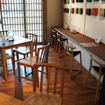廣榮堂 - 昨年くらいだったでしょうか,カフェスペースが新たにできて、綺麗なお店に生まれ変わりました、カウンターや、テーブル席が干渉しあわないように設置されています