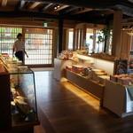 廣榮堂 - 店舗側の風景、試食したり、お茶をいただけれる席もありました