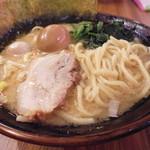 壱角家 - チャーシュー・中太平ストレート麺