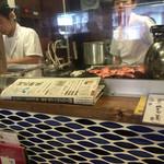 40532645 - カウンターから厨房を眺めるーカウンターの上の新聞は「河北新報」