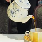 ミュージアム 1999 ロアラブッシュ - 紅茶のカップはテーブル毎に違っています