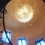 ミュージアム 1999 ロアラブッシュ - らせん階段を見上げるとシャンデリアが!