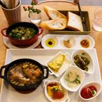 リコプラス - 鶏手羽元のシチリア風オリーブ煮 ショートパスタを添えて       仔羊肩ロースの白ワイン煮込み ブロッコリーマスタード風味