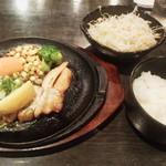 ろく丘 - 鉄板四元豚ステーキ918円(税込)ご飯&サラダお替り自由