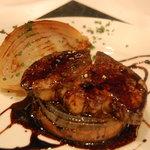 キュル・ド・サック - フォアグラのソテーと丸ごと玉葱のロースト バルサミコソース