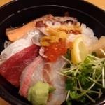 博多 太兵衛鮨 - *盛り付けは、ただ並べただけでイマイチですね(^^;) 「炙りサーモン」「鮪」「蛸」「カンパチ」「イクラ」「雲丹」「ゲソ」などがのせられています。 お味としては普通ですかしら。
