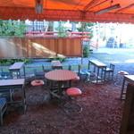 スギサキ - 飲食スペースは裏側 神社の敷地内の様です