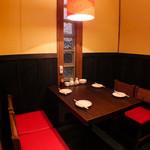 餃座男 - 1階のテーブル席☆