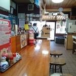 お食事の店萬福 - カウンターからの眺めです。
