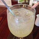 茶房 梅樹庵 - ジンジャーの絞り汁にペリエを注いで、グイッといただきま〜す