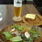 40566605 - サラダとパンとビール