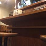 つけ麺本舗 辛部 - カウンターは荷物置きも完備