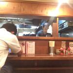 つけ麺本舗 辛部 - カウンターの様子