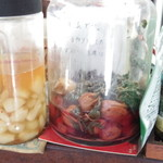 ひばり食堂 - 自家製のらっきょの酢漬けと梅干し