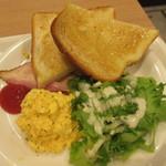 ベックスコーヒーショップ - スクランブルエッグ、ベーコン、サラダ、トースト