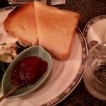 らんぷ - トースト(大皿)が税込480円、珈琲は単品で500円です。