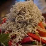凪 - しらすガチ盛りサラダ(790円)
