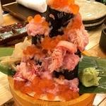 横濱魚萬 JR鶴見西口駅前店 - 腹ペコだったので、ビールと一緒に、こぼれ寿司1198円を注文。                             ォオオ━━━━(゚∀゚)━━━━!!すげ~!!とか思ったけど