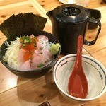 横濱魚萬 JR鶴見西口駅前店 - 飯はド級の350g!出汁をかけて二度美味しい!鮪たたきと海鮮のドカ盛り部長 798円。
