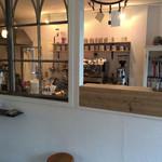 ゼロハチコーヒー - 手前の喫茶コーナー