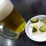 びっくり ラーメン やまざき - 生ビール        大根の酢漬けうまい