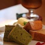40614205 - シフォンケーキのダブルプレート(抹茶、紅茶)