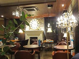 オスロ コーヒー 白金台店 - シャンデリアの灯り
