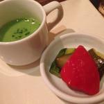鉄板焼 みつい - お通し(野菜ピクルス、ほうれん草の冷たいスープ)