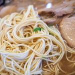 Menyarazoku - 茶褐色の醤油とんこつ系スープに細~い麺。ズバリ!ボク好み。